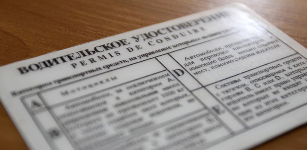 В Омске задержали водителя грузовика с поддельными правами