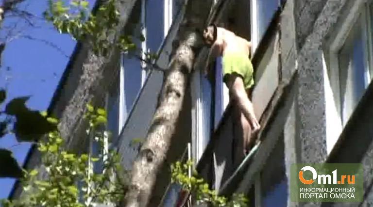 "Появилось видео с омским ""человеком-пауком"":он резал себя и улыбался"