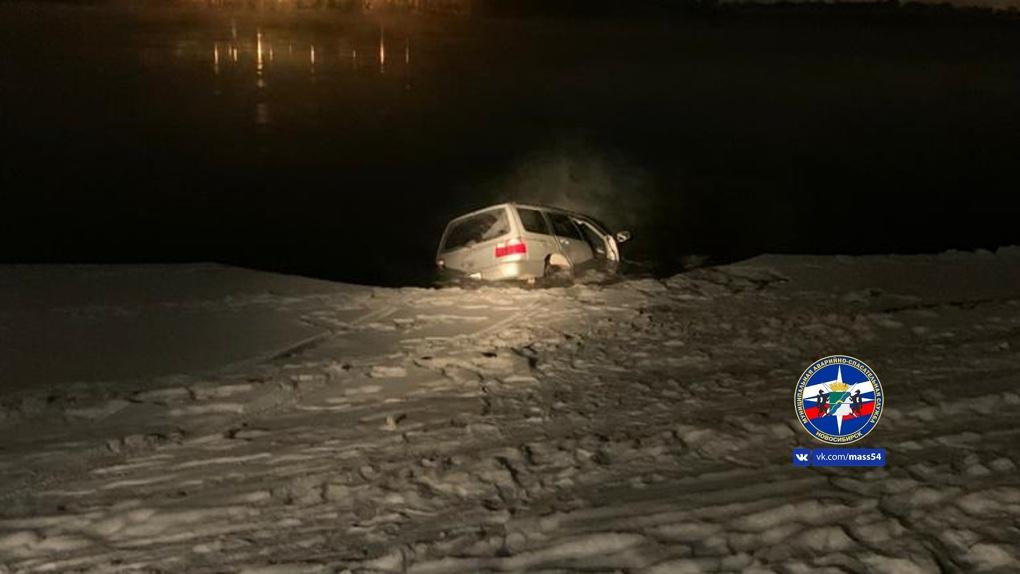 Автомобиль с тремя пассажирами провалился под лёд в Новосибирске