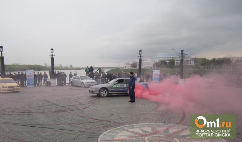 На премьере «Форсажа-6» омичи устроили розовый дрифт
