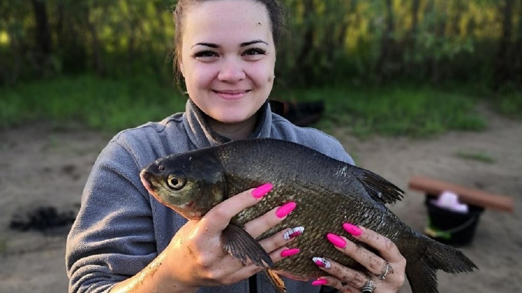 Жительница Новосибирска с длинными розовыми ногтями похвасталась уловом