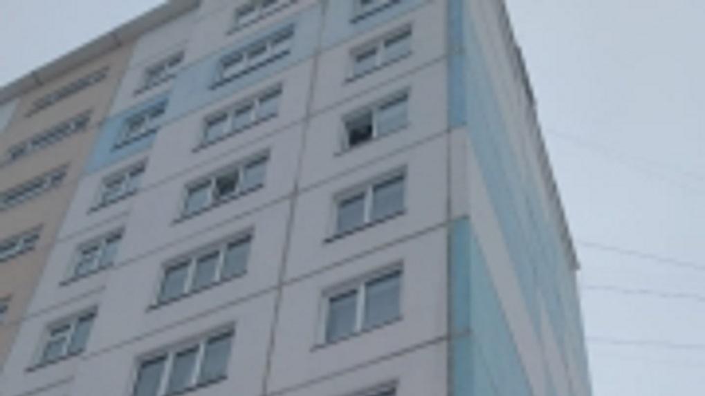 В Новосибирске женщина выпала из окна седьмого этажа и разбилась