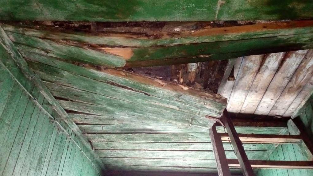 Под Новосибирском потолок аварийного дома рухнул на ребенка