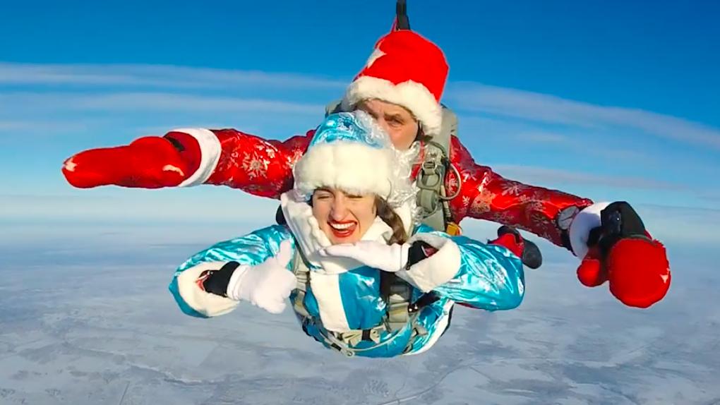 Дед Мороз и Снегурочка поздравили новосибирцев с Новым годом в прыжке с парашютом: показываем видео