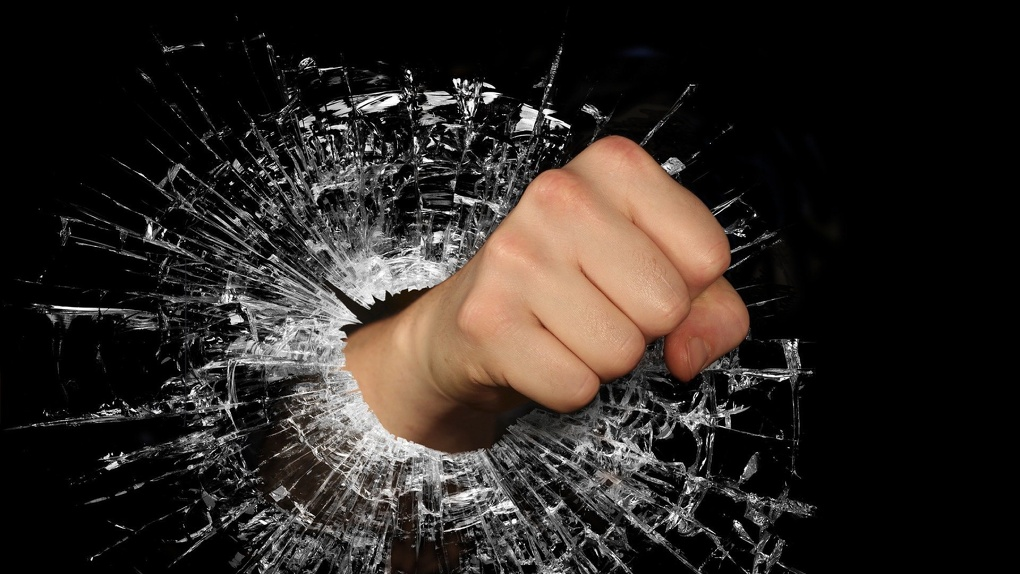 Омичка остановилась на светофоре и получила кулаком в лицо от неадекватного водителя