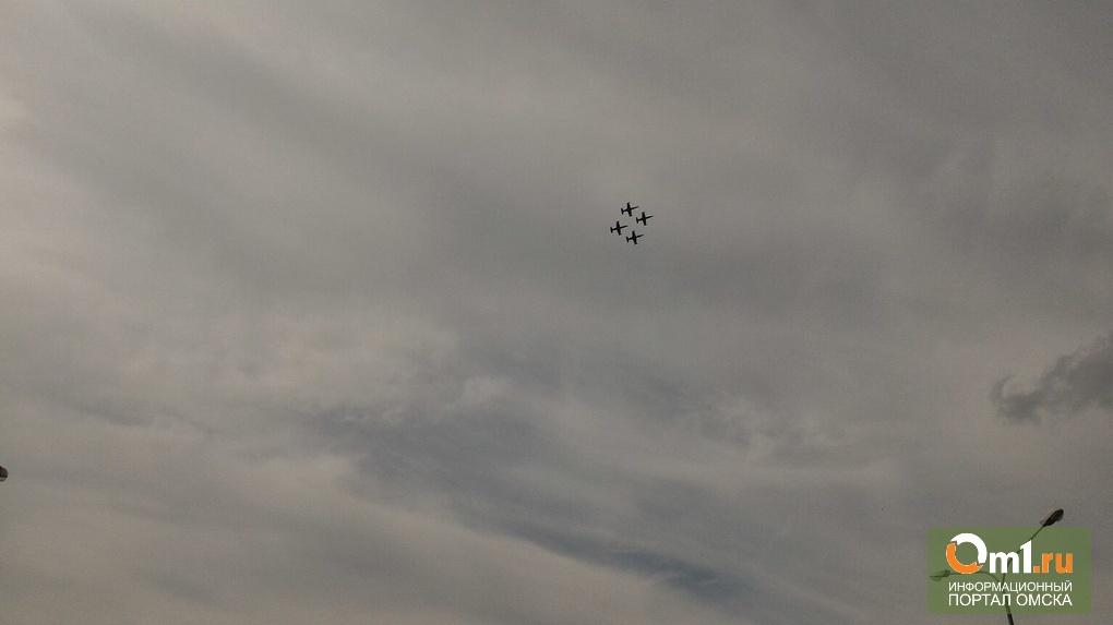 В финале авиашоу лётчики поздравили жителей Омска с Днём города прямо из неба