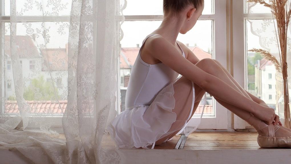 В Омской области очередной ребенок выпал из окна из-за москитной сетки