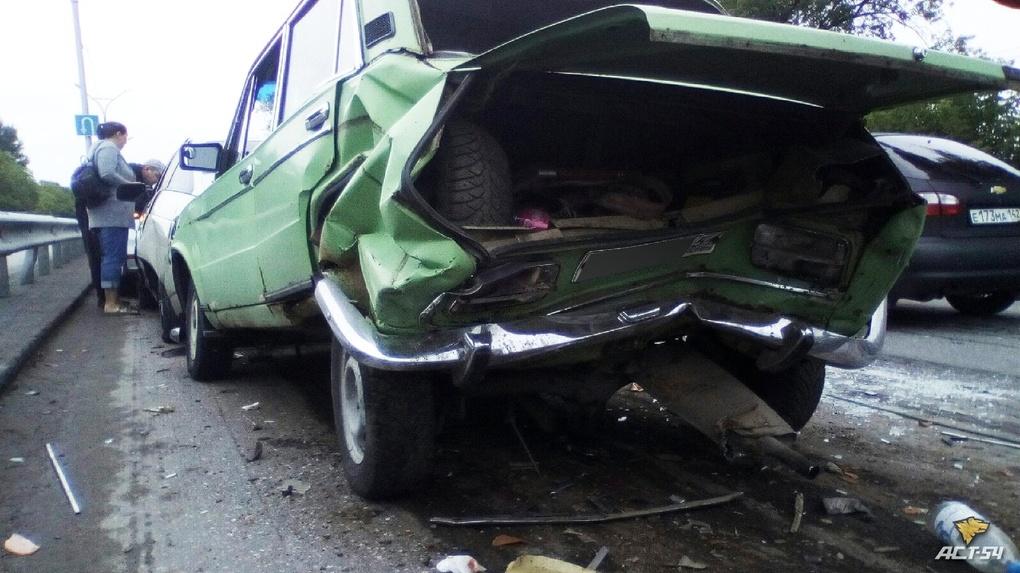 Пять машин столкнулись в Новосибирске: есть раненые