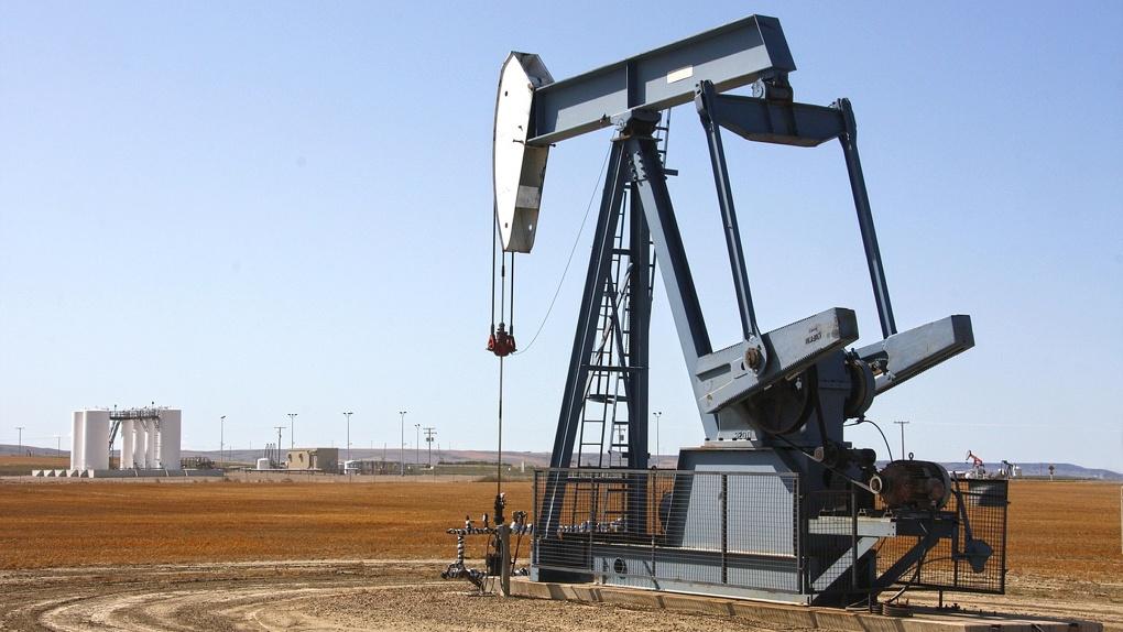 Исторический максимум: нефть рухнула, курс доллара и евро перевалил за 72 и 82 рубля