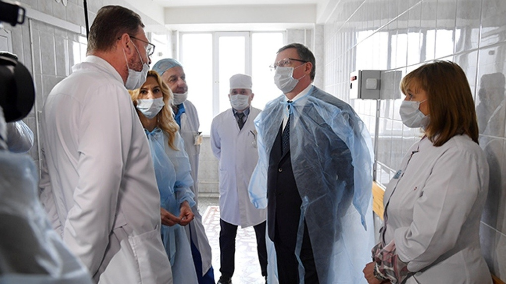 Стало известно, сколько будут получать омские врачи за работу с коронавирусными больными