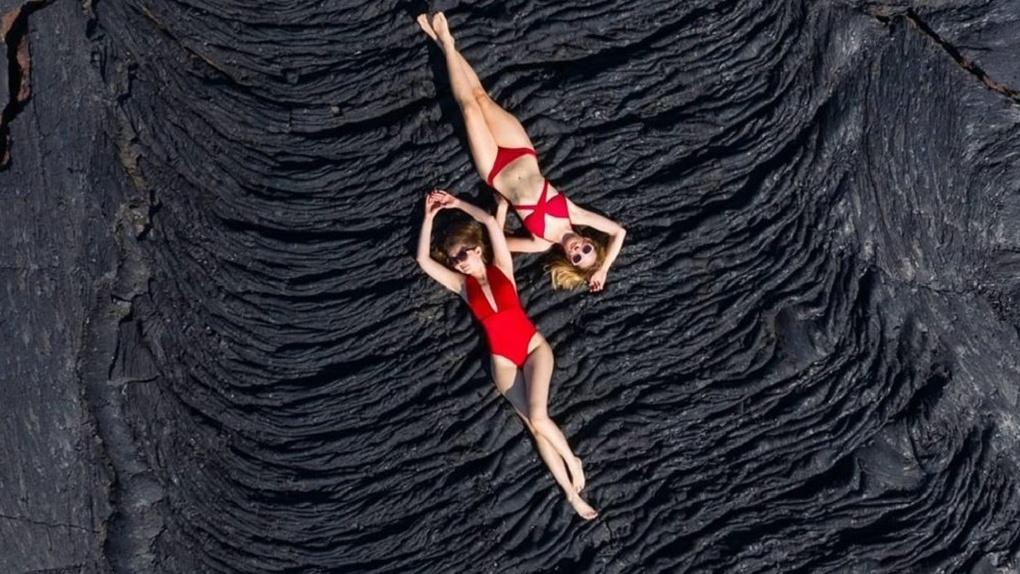Отдых на вулкане: новосибирский фотограф снял двух девушек на лавовом потоке