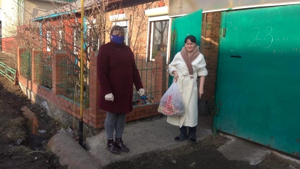 В Омске многодетным семьям начали раздавать продуктовые наборы