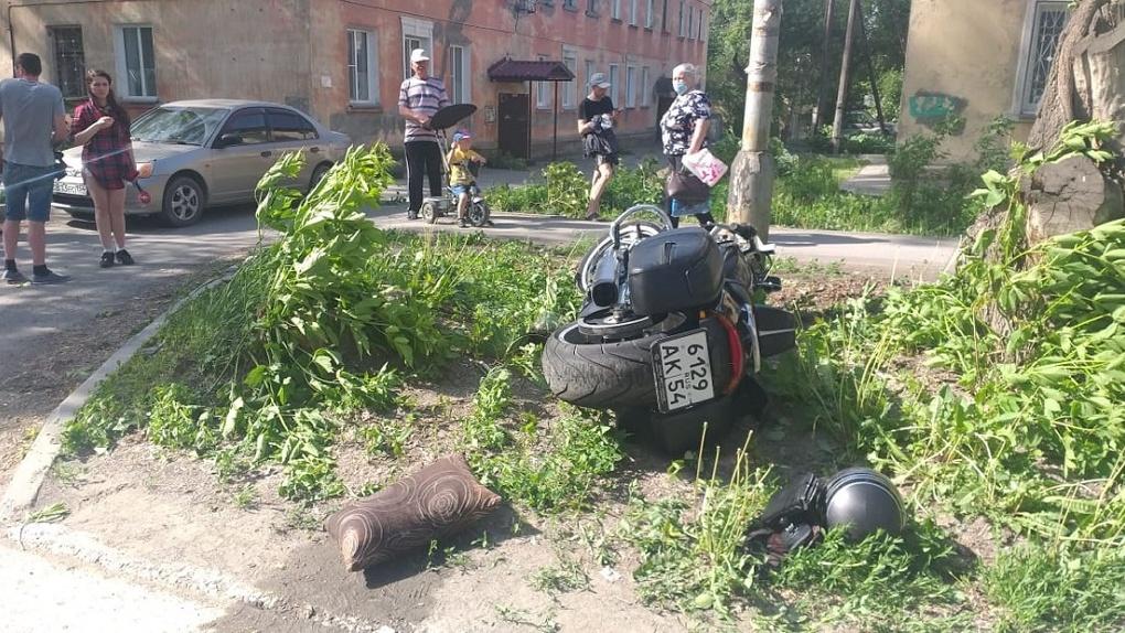 Мотоциклист на Harley Davidson получил серьезные травмы после столкновения с иномаркой