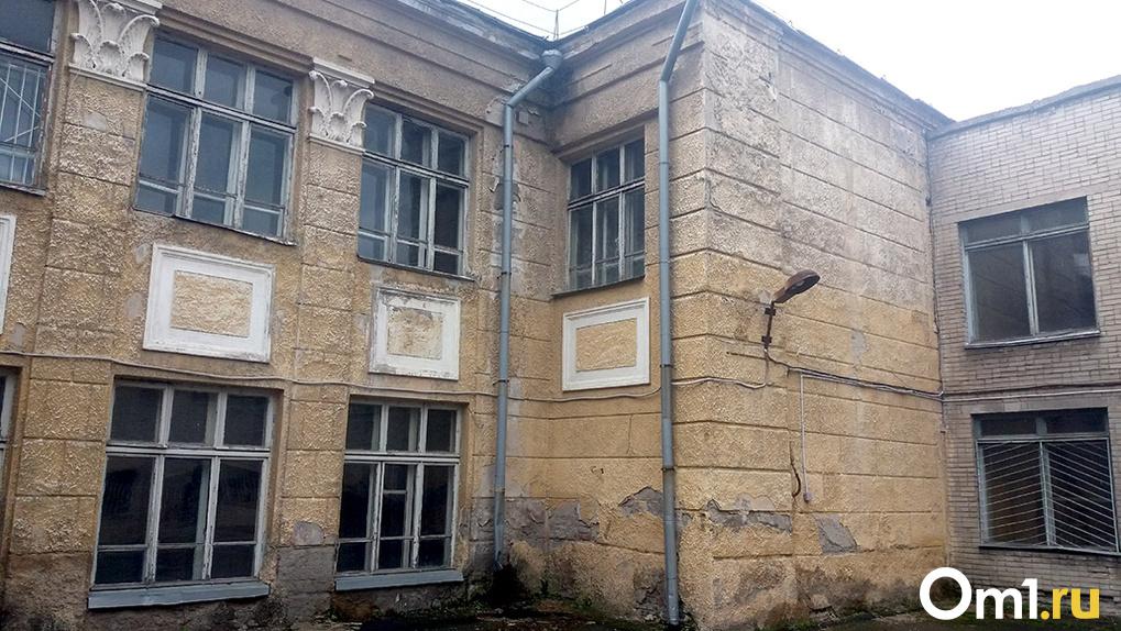 Разрушат бульдозером: в Новосибирске снесут скандальную школу № 54 довоенных лет