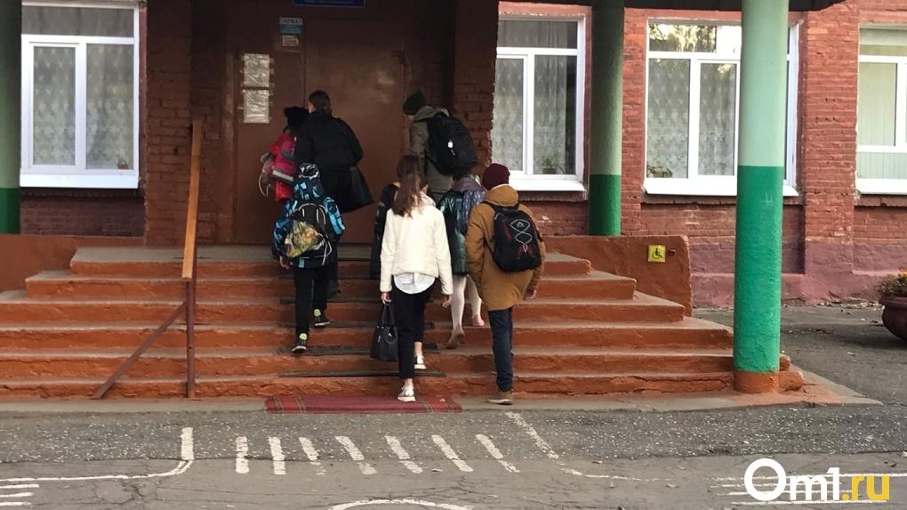 Омские школы против дистанта: как вернувшихся с каникул детей защищают от коронавируса
