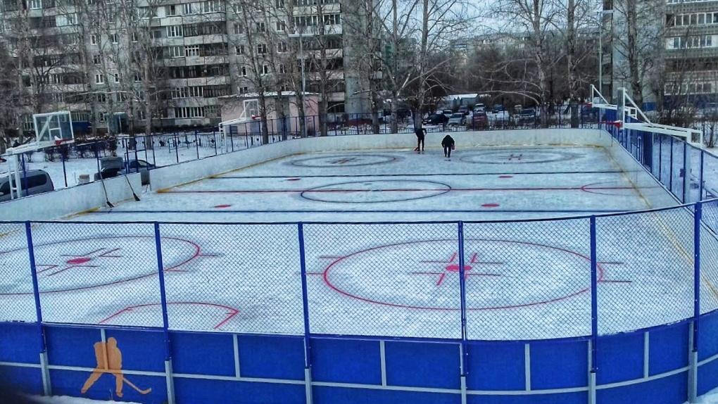 Омский водоканал залил лед на хоккейных кортах школ