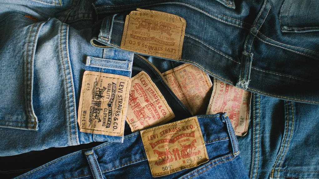 Омичей просят отдать старые джинсы для творческой мастерской