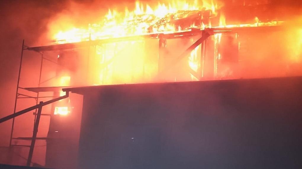 Позвонили, когда всё уже сгорело. В Омске огонь уничтожил двухэтажный дом