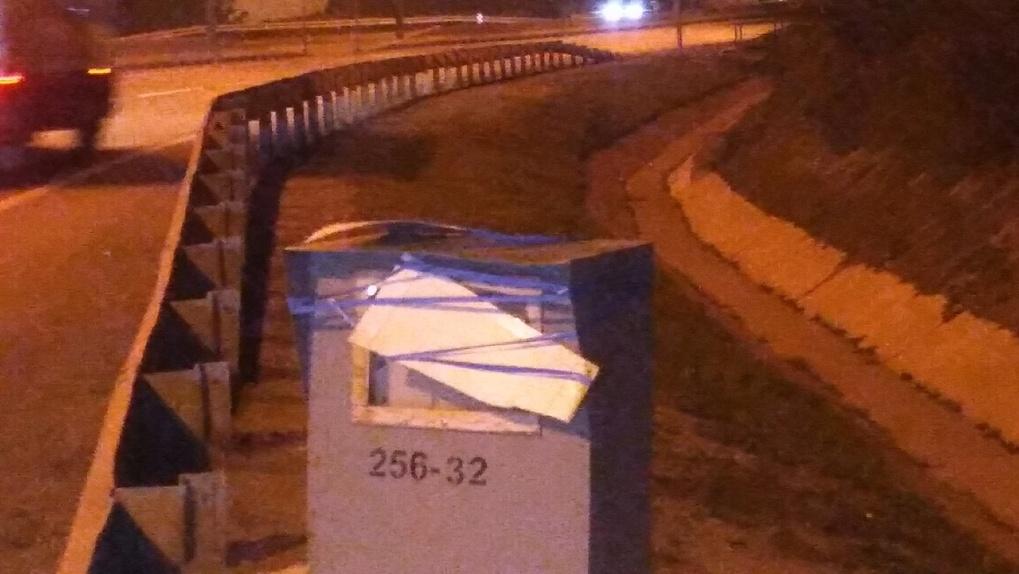 На трассе под Новосибирском неизвестные заклеили изолентой камеру видеофиксации