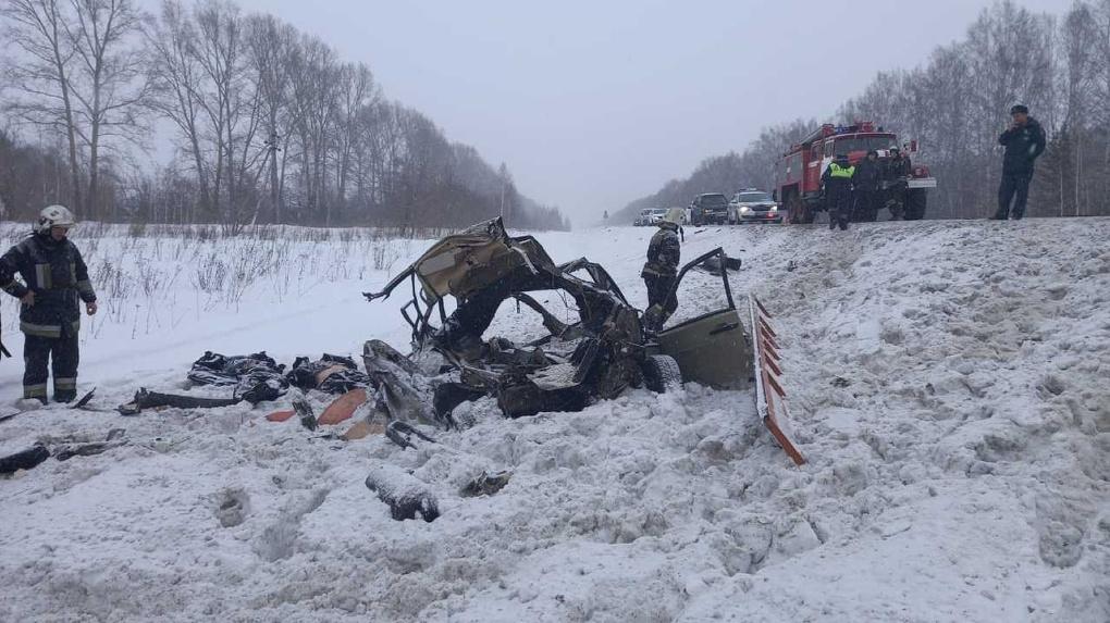 Страшное ДТП в Мошковском районе Новосибирска: автомобиль с тремя пассажирами столкнулся с КамАЗом