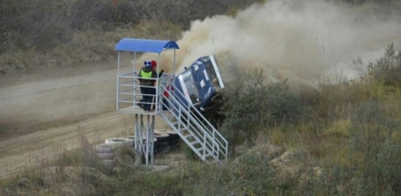 Перед тем как снести вышку на ралли в Омске гонщик столкнулся с другой машиной