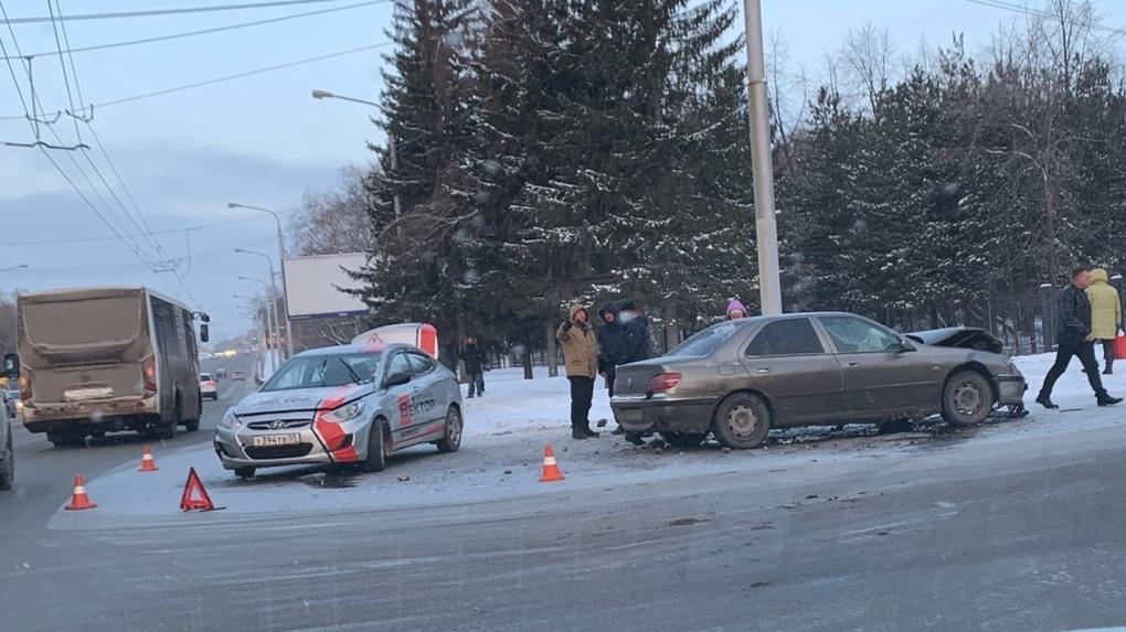 «Много серьёзных и травмоопасных ДТП». В Омске произошла авария с участием автомобиля автошколы