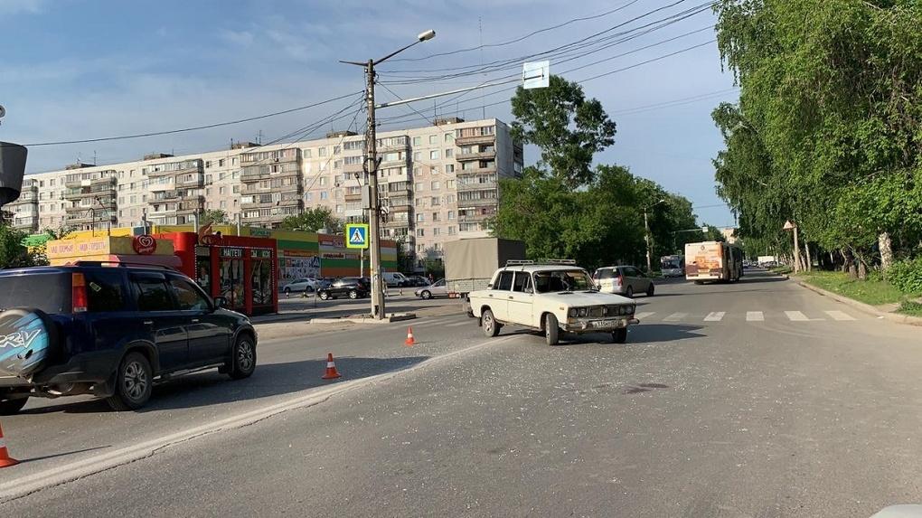 «Сотрясение головного мозга и ушибы»: 15-летний подросток из Новосибирска попал под колеса «шестерки»