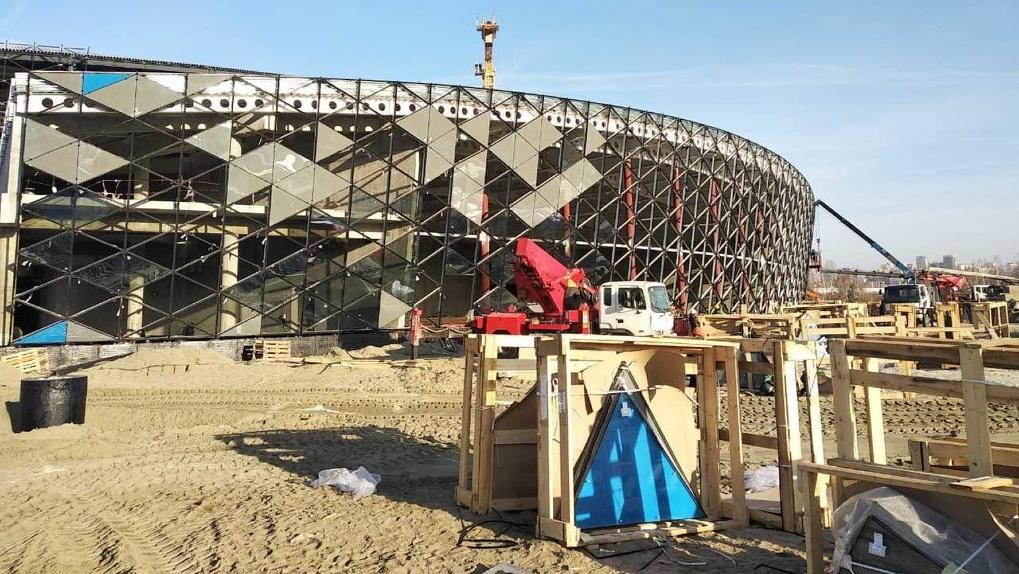 Мачты наружного освещения начали монтировать на площадке новой ледовой арены в Новосибирске