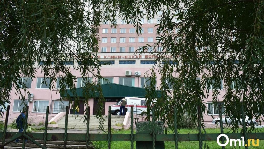 Официально: омскую больницу им. Кабанова закрыли на двухнедельный карантин, персонал не отпустят по домам