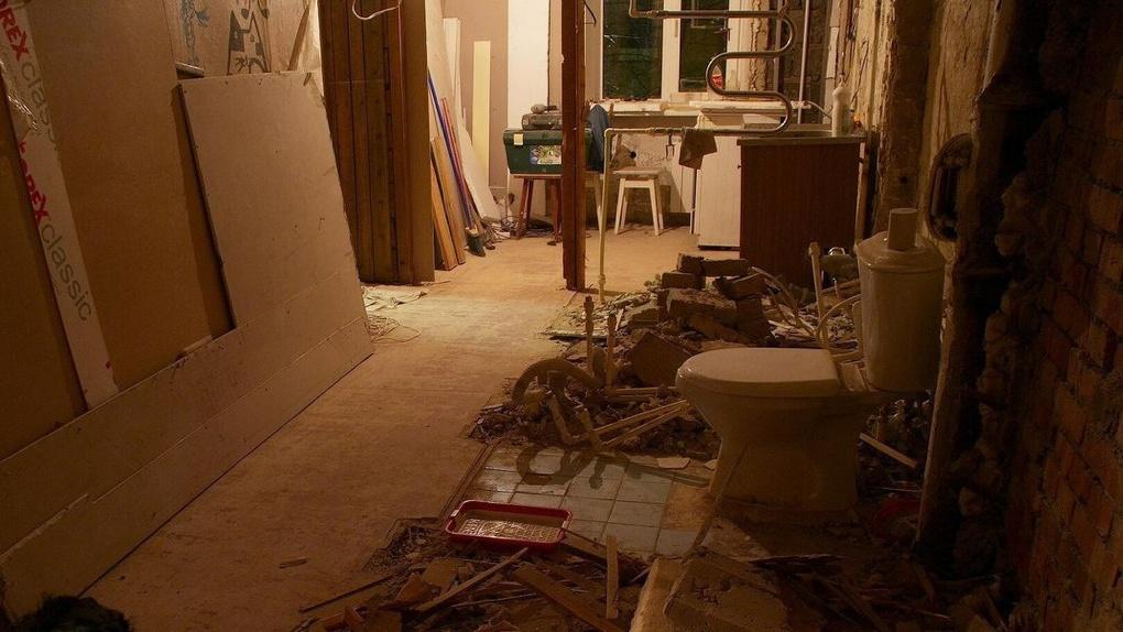 Суд принудительно выселил отца с сыном, которые разрушили и загадили квартиру в Омске