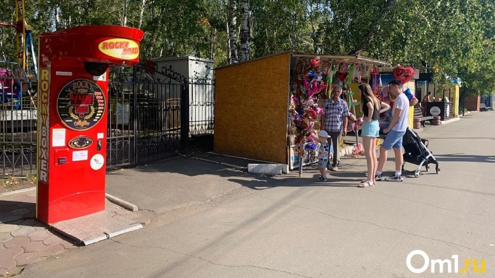 Голодный шопинг и немассовые гуляния. Какие коронавирусные ограничения всё ещё действуют в Омске