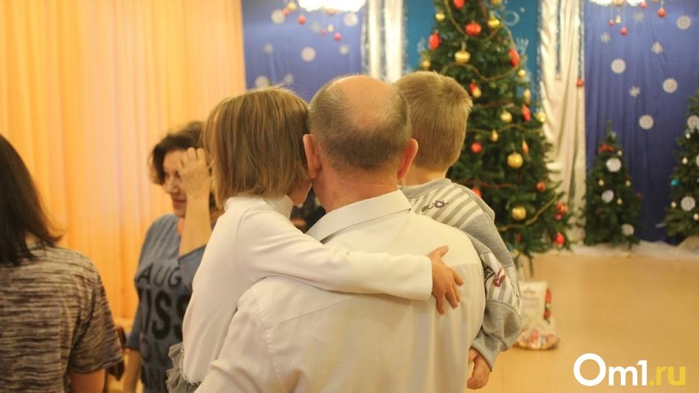 Омские школьники и детсадовцы остались без общих утренников на Новый год