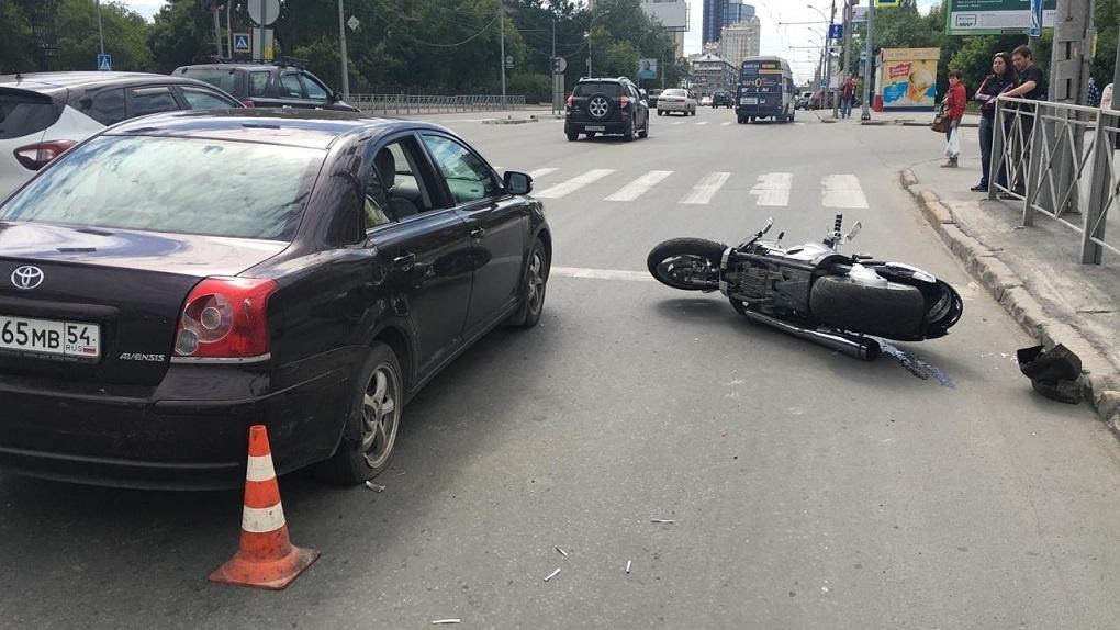 Новосибирский мотоциклист угодил под колёса иномарки