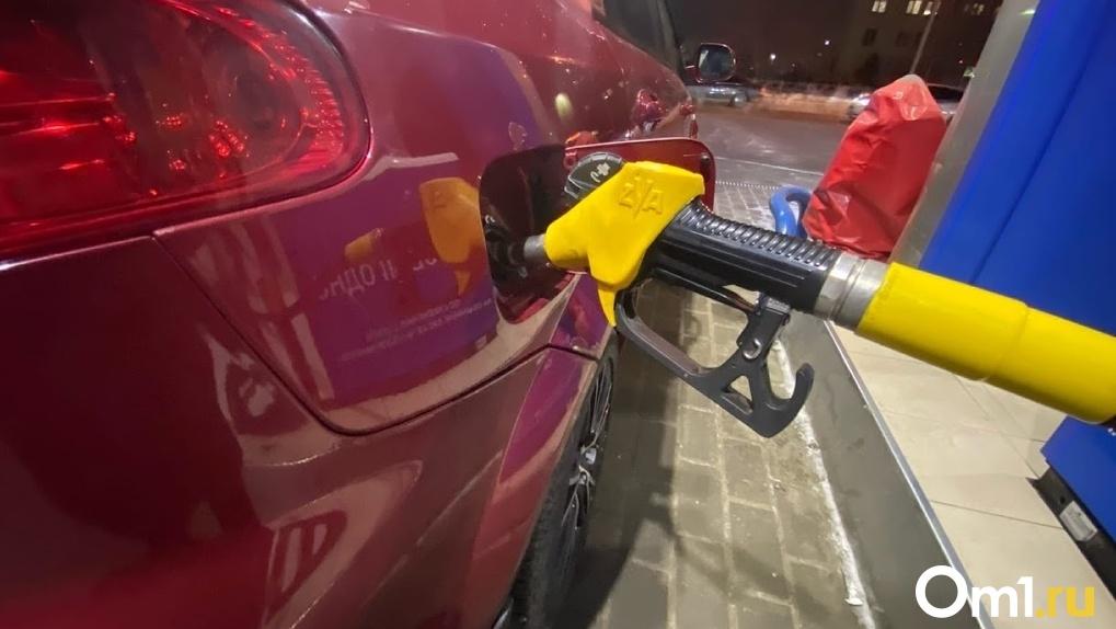 По рублю с каждого литра: в Омской области перед Новым годом взлетели цены на бензин