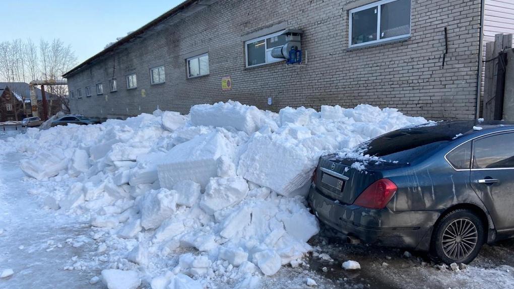 Новосибирцев предупредили об обрушении наледи с крыш