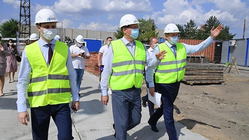 Бурков заложил камень в фундамент будущего ледового катка в Нефтяниках