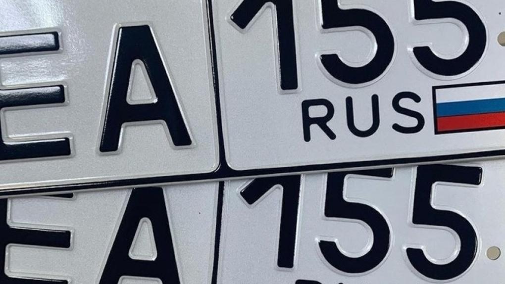 В Омске начали выдавать номера для автомобилей с новым трёхзначным кодом региона