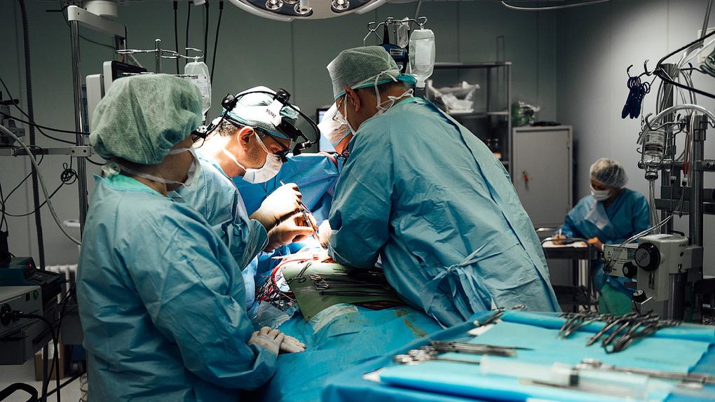Вернули способность дышать: новосибирские хирурги спасли девушку с зажатым в грудине сердцем