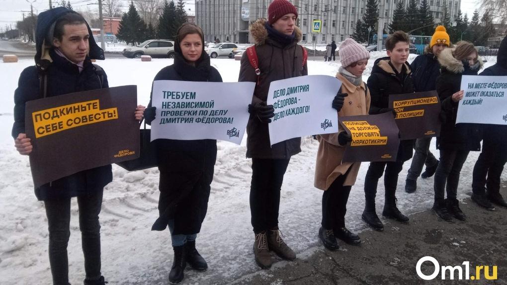 Скорбь, слезы, вопросы без ответов: в Омске проходит митинг в память об обезглавленном Дмитрии Федорове