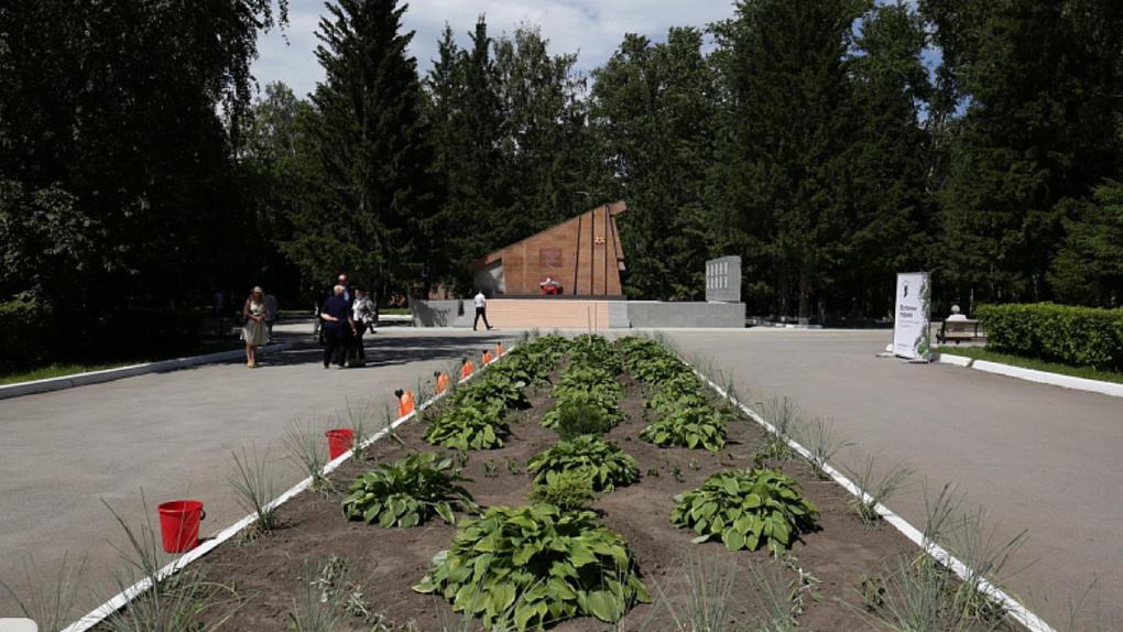 Новосибирцы посадили каштаны и миндаль в память о погибших на войне