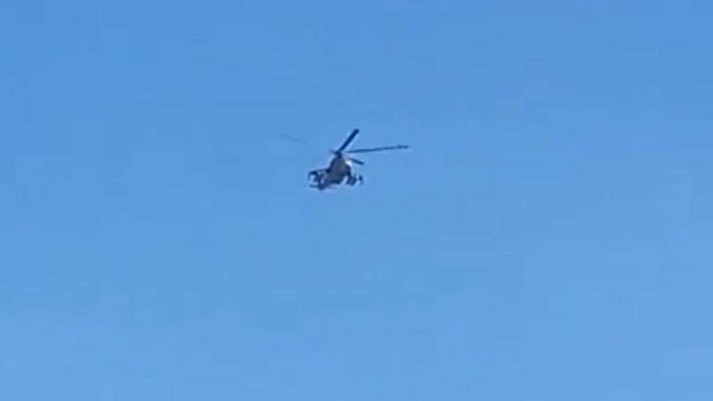Омичей напугали военные вертолеты над городом