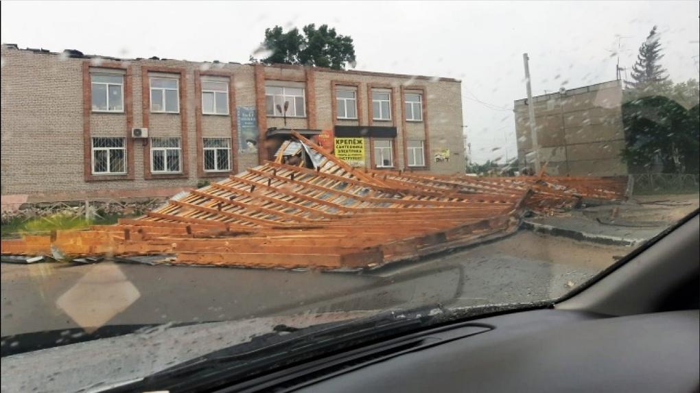 Крыши срывает, деревья падают: на Новосибирск снова обрушился ураган