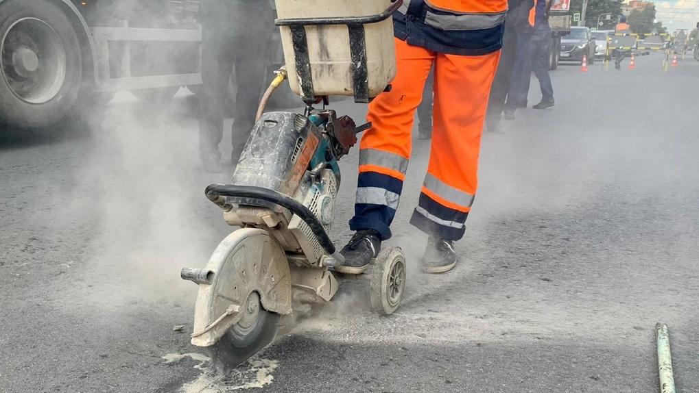 Снимут покрытие: недобросовестных подрядчиков заставят снова укладывать асфальт на дорогах Новосибирска