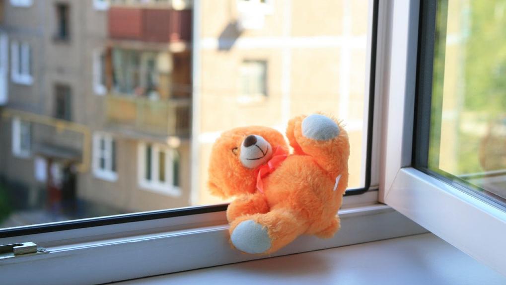 В Новосибирске четырехлетний мальчик выпал из окна третьего этажа
