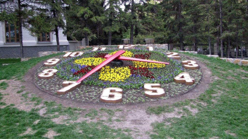 Знаменитые «цветочные часы» демонтируют в Новосибирске