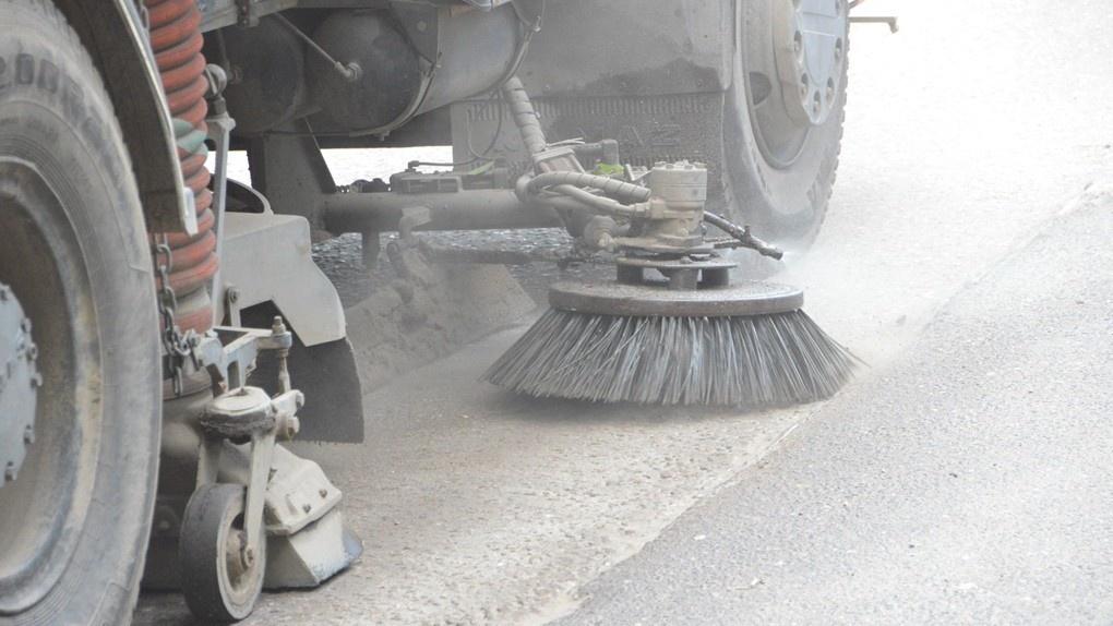 С дорог Омска убрали 55 тысяч тонн грязи и пыли