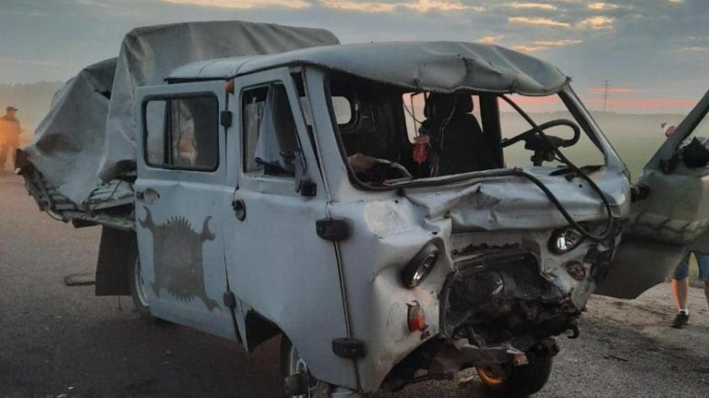 Под Омском водитель УАЗа попал под два большегруза, но остался жив