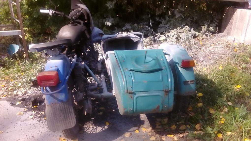 Под Новосибирском водитель мотоцикла «Урал» врезался в столб и погиб