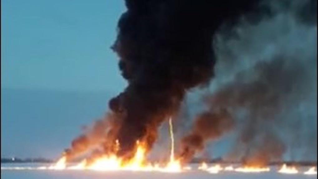Угроза экологии! Разлив нефтепродуктов привёл к крупному пожару на реке Обь (обновляется)