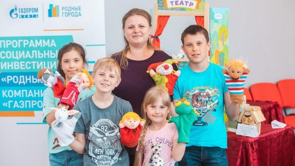 Волонтеры Омского НПЗ подарили детям из многодетных семей кукольный театр